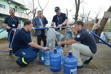 Jörn Rohde (hinten, 2.v.r.), Geschäftsträger der deutschen Botschaft in Manila, probierte das vom THW auf der philippinischen Insel Bantayan aufbereitete Trinkwasser.