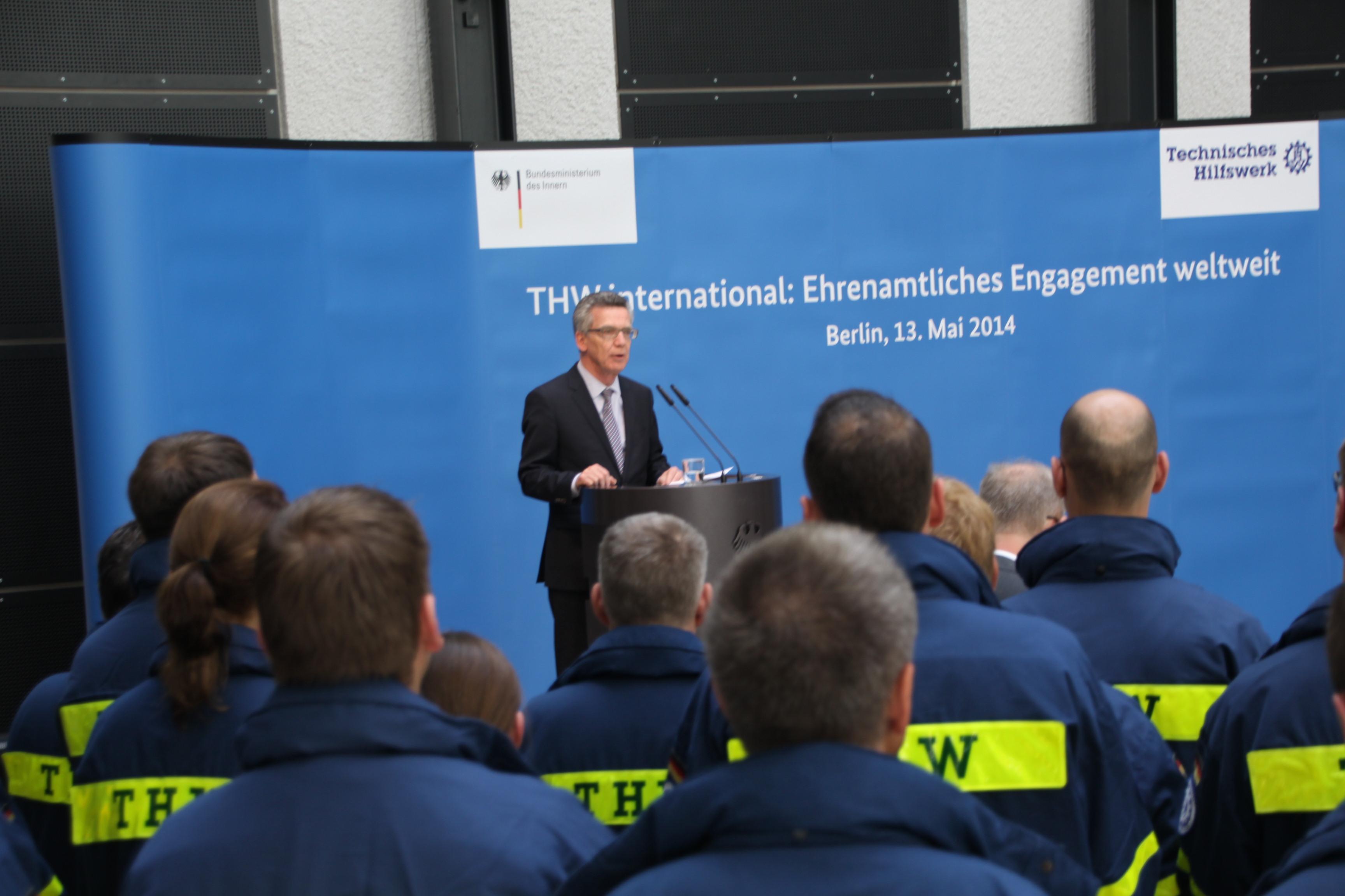 Bundesinnenminister Dr. Thomas de Maizière dankte den Helferinnen und Helfern des THW für ihren Einsatz im Ausland.
