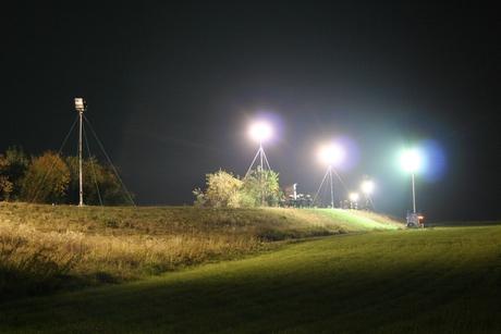 Die Scheinwerfer des THW leuchten Einsatzstellen auch bei Nacht taghell aus.