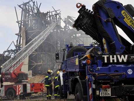 THW-Kräfte unterstützen die Feuerwehr bei Brandbekämpfung.