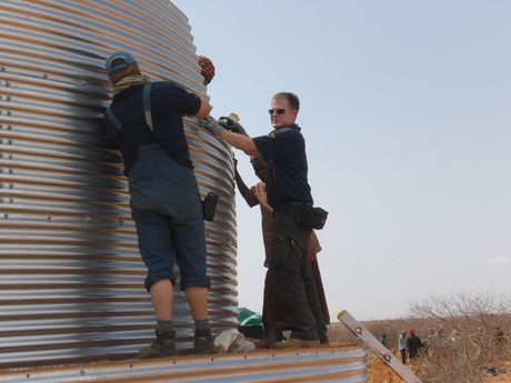 Together with Oxfam, THW-experts set up water tanks in the refugee camps.