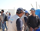A Jordan staff member from THW (l.) is discussing the work at hand with inhabitants of the Camp of al Azraq.