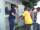 In Haiti THW volunteers distributed treated drinking water to the population.