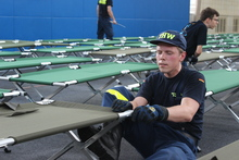 Setting up of beds is only one of the manifold tasks of THW volunteers in refugee assistance.