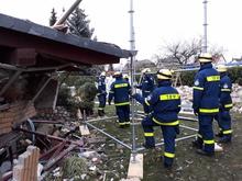 Mithilfe des Einsatz-Gerüstsystem verschafften die THW-Kräfte den Spezialistinnen und Spezialisten der Polizei Zugang zur Photovoltaikanlage auf dem Dach des Hauses.