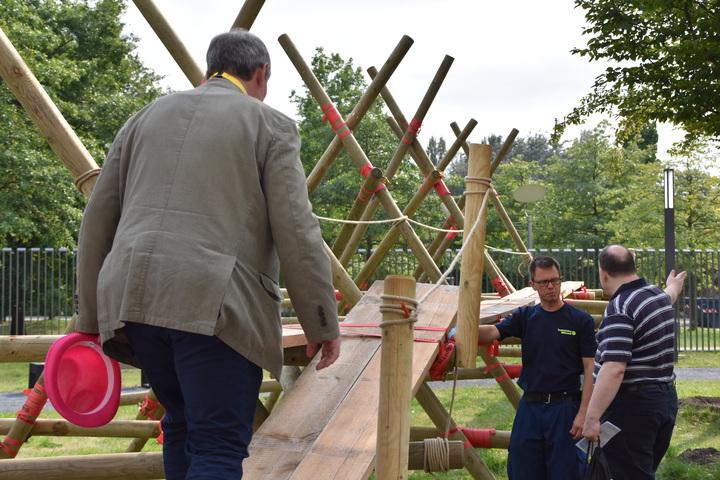 Ein 16 Meter langer Holzsteg in Berlin