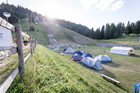 A small village is built: Tents and sanitary facilities were set up in the runout zone of the ski jumping hill.  THW lighting ensured camp participants could find their way around at night. (show image)