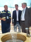 The Bavarian Minister President, Mr Horst Seehofer starts the operation of the new village well in Onna. He is accompanied by Mr Bernd Urban and thw President of thw regional volunteers association, Mr Stephan Mayer, who is also member of the Bundestag.