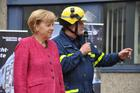 The head of the local section of Bonn, Axel Müller-Storp, gave Angela Merkel a guided tour through THW's Technology Exhibition. (show image)