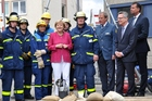 Angela Merkel with (f.l.t.r.) THW volunteers, Axel Müller-Storp, Gerd Friedsam, Thomas de Maizière, and Stephan Mayer.