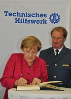 The Federal Chancellor signed the guest book of THW.  (show image)