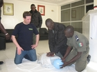The THW teaches the Senegalese policemen the techniques of first aid. (show image)