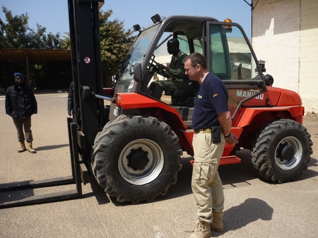 The THW teaches the Senegalese policemen the handling of fork lift trucks.