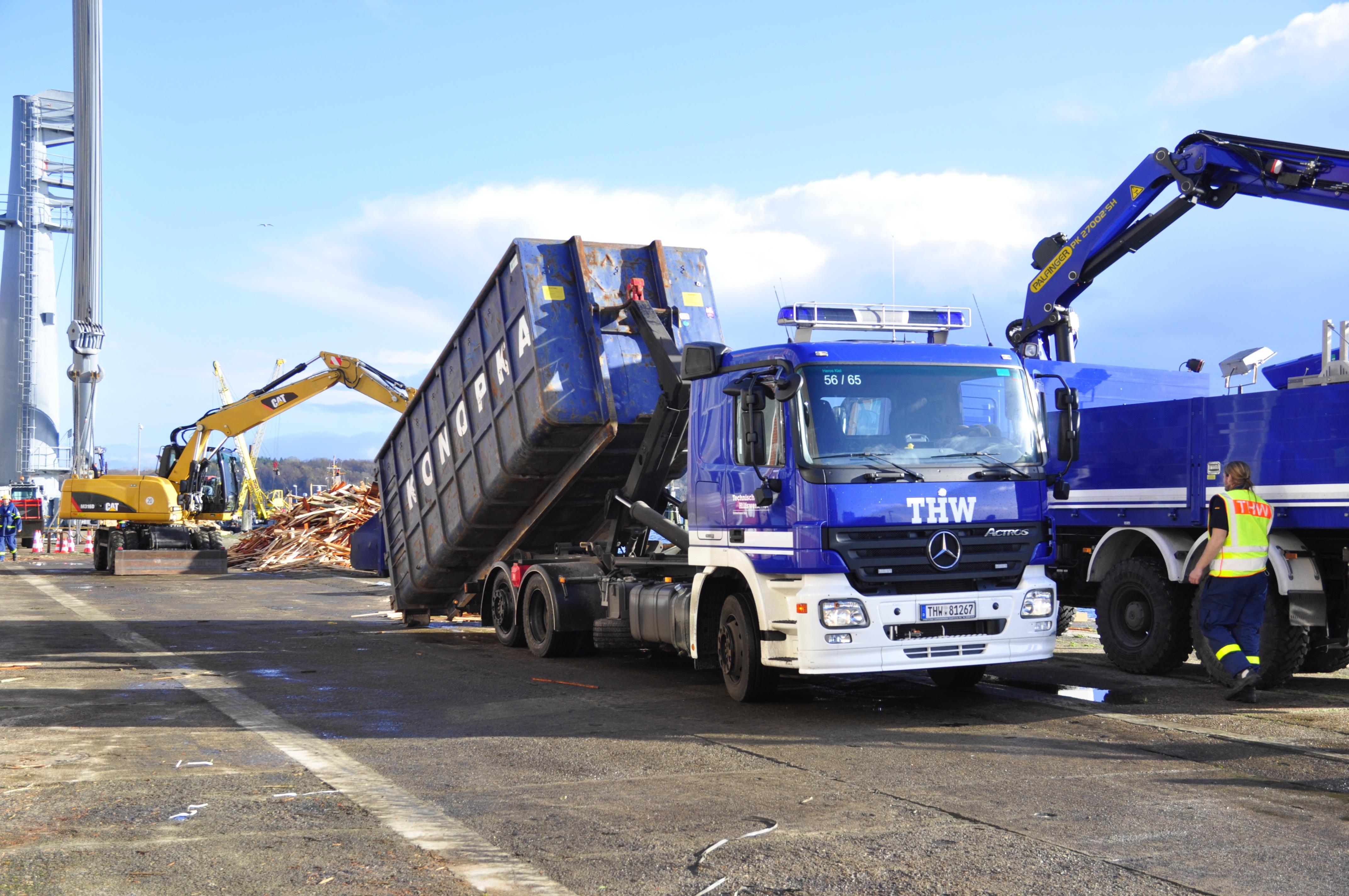 THW-LKW mit Wechsellader, bestückt mit Containern aus der